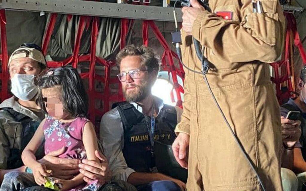 Tommaso Claudi, console a Kabul, mentre rientra in Italia al termine delle operazioni di evacuazione. ©Ansa