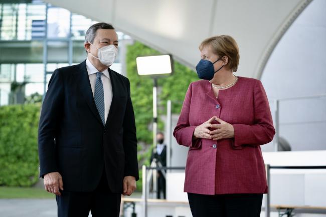 Mario Draghi e Angela Merkel insieme.