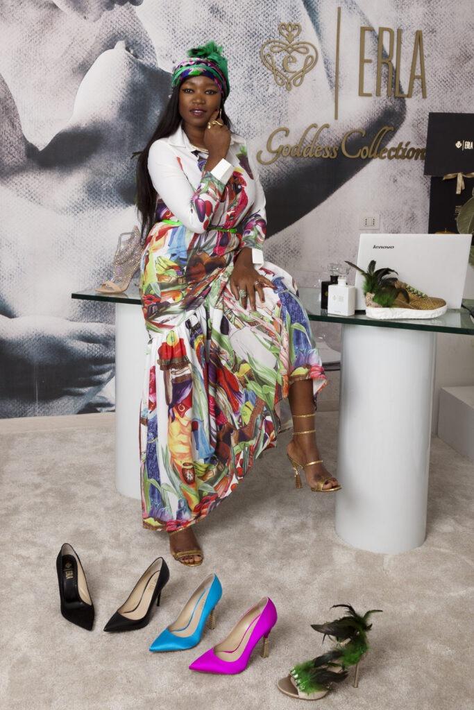 La stilista Erla Gazine con alcuni prodotti del suo brand